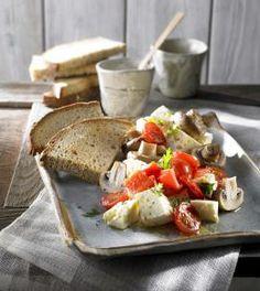 Przepis na Sałatkę z serem korycińskim swojskim #ChOGmarynowanym w oleju rydzowym #GTS, pieczonymi warzywami i chrupkami z chleba prądnickiego #ChOG