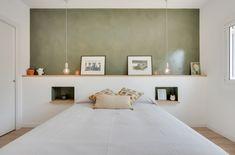 Un dormitorio con cabecero integrado de obra con mesillas de noche Home Decor Bedroom, Bedroom Wall, Attic Master Bedroom, Bed Frame Design, Happy New Home, Parents Room, Build A Closet, My Room, Home Decor Inspiration