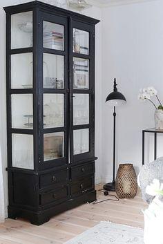 Hej hej! Jag verkligen älskar skåp...allra helst vitrinskåp. Jag kan nog gå så långt att jag tycker att ett vitrinskåp kan vara hus... Black Painted Furniture, Refurbished Furniture, Furniture Makeover, Furniture Decor, Home Design Decor, Home Interior Design, Home Decor, Design Ideas, Apartment Interior