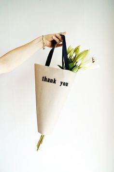 How to DIY a flower bouquet bag, step by step! Flower Bouqet, Floral Bouquets, Diy Flowers, Flower Box Gift, Flower Bag, Paper Bag Design, Flower Subscription, Succulent Planter Diy, Flower Packaging