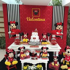 "4,580 curtidas, 52 comentários - BLOG FESTEJAR COM AMOR (@festejarcomamor) no Instagram: ""Olha que ideia linda de festa em casa no tema Minnie. Produção @yupiifest #festejarcomamor…"" Minnie Y Mickey Mouse, Mickey Party, Mickey Mouse Clubhouse, Balloon Centerpieces, Mickey Mouse Birthday, Girl First Birthday, Party Entertainment, Mouse Parties, Baby Shower Decorations"