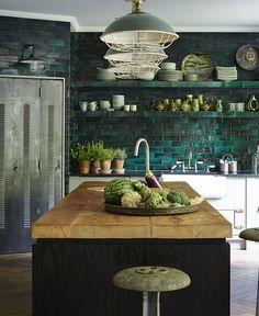 En familj i London lever numera en stor del av sitt liv i källaren. Men det är inte vilken källare som helst, utan den har liksom husets alla sociala ytor fått en dos magi genom...