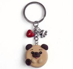 Portachiavi cane carlino in fimo e cuore rosso , by Velours Noir Crèations, 10,00 € su misshobby.com
