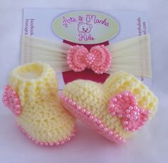Botinha de Crochê, confeccionada em Lã, com aplicações de pérolas em volta do solado e no laço. Acompanha Faixa Baby, com laço e pérolas. Disponível nos tamanhos 14 e 15. Consulte nossa tabela de tamanhos.