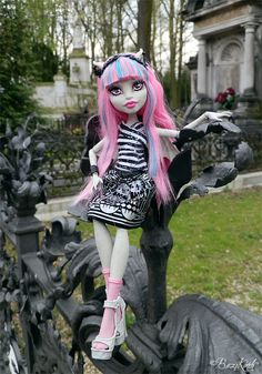 Rochelle Goyle Monster High Doll - love this photo backdrop!