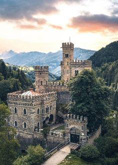 Castle Gate, Castle Ruins, Castle House, Beautiful Castles, Beautiful Buildings, Beautiful Places, Monuments, Villas, Places To Travel