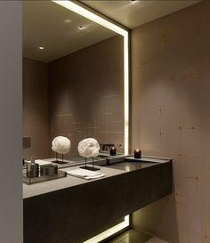 En el WC de invitados si ponemos espejo toda la pared con iluminación como este...puede parecer mas grande