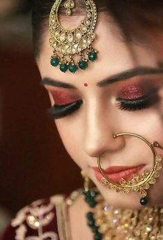 The eyes of a lady conceal a universe of riddles. The eyes of a lady uncover traces of her deepest considerations initially. Simple and classic is a great way to go with your wedding eye makeup. Pakistani Bridal Makeup, Indian Wedding Makeup, Wedding Eye Makeup, Indian Wedding Bride, Bridal Makeup Looks, Bride Makeup, Bridal Lehenga, Wedding Pics, Bridal Poses