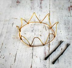 wire crown - a DIY maybe? Kids Crafts, Diy And Crafts, Craft Projects, Arts And Crafts, Bling Bling, Wire Crown, Gold Crown, Metal Crown, Diy Inspiration
