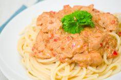 Receta fácil para preparar unos cremosos espaguetis con nata y tomate y disfrutar de un plato de pasta delicioso en pocos minutos ¡Sigue el paso a paso! | https://lomejordelaweb.es/