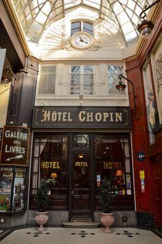 L'Hôtel Chopin Passage Jouffroy Paris 75009 est un des plus vieux hôtels de Paris. A l'époque nommé hôtel des familles, sa porte n'a jamais été fermée depuis 1846, elle n'a d'ailleurs pas de serrure! Il y a donc une personne à la réception depuis cette date, 7 jours sur 7, 24 heures sur 24. Soit un total de 61 320 jours d'ouverture pour l'hôtel Chopin !