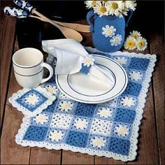 Daisy Gingham Set ~ free pattern ᛡonly free, if you have a subscription to Crochet World. Crochet Daisy, Crochet Granny, Crochet Motif, Diy Crochet, Crochet Doilies, Crochet Patterns, Crochet Placemats, Crochet Table Runner, Crochet Potholders