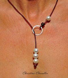 Diese Circle of Love Stil Perlen und Leder Halskette ist einer meiner neuen Lieblinge. Es kann auf viele verschiedene Arten getragen werden, weil die Perlen nicht, im Ort gesichert sind und verschieben, wo Sie an der Halskette sollen. Sie können es als LARIAT Stil tragen, die nach vorne hängt. Sie können umschalten, etwa um eine eine Perle oder drei Perle Halskette in der Front und haben den Rest hängen über den Rücken. Und was sonst kann dein Geist erdenken. Ich mache dies mit 2mm Leder…
