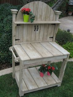 Small weathered potting bench with round gate top reclaimed Station D'empotage, Potting Station, Pallet Furniture, Garden Furniture, Furniture Ideas, Repurposed Furniture, Furniture Makeover, Vintage Furniture, Painted Furniture