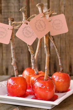Sirve manzanas de caramelo inspiradas en Blanca Nieves. | 33 maneras sutiles de agregar tu amor por Disney en tu boda