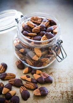 Chocolate Dipped Nuts – Make this easy snack recipe for your friends during the holiday. It's delicious and makes for smart snacking. Perfect for DIY treat gifts too! Healthy Treats, Healthy Recipes, Dessert Healthy, Delicious Recipes, Easy Recipes, Healthy Food, Plat Vegan, Dog Food Recipes, Cooking Recipes