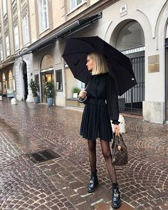 Kleid Regenschirm Schwarzes Outfit Streetstyle Herbst Inspiration Mehr be.Dress Umbrella Black Outfit Street Style Fall Inspiration More About F Dress Umbrella Black Outfit Street Style Fall Inspiration# black Black Outfits, All Black Outfit, Fall Outfits, Rainy Day Outfits, Rainy Outfit, Dress Black, Rainy Day Outfit For Fall, Paris Outfits, Everyday Outfits
