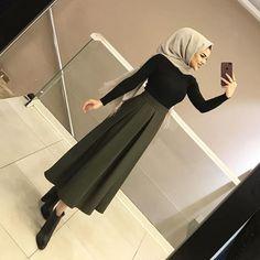 de la de labsa stara w rasha mn el brd 😂😂 Modern Hijab Fashion, Muslim Fashion, Modest Fashion, Skirt Fashion, Fashion Outfits, Classy Outfit, Casual Hijab Outfit, Hijab Dress, Hijab Elegante