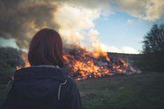 Osterfeuer-Impressionen aus dem Raum #Hildesheim.  Dank Gruppenzwang war ich nun doch kurz mal bei diesem Event obwohl ich gesundheitsbedingt eigentlich darauf verzichten wollte. Allerdings war es ja auch relativ warm am Feuer und die Gesellschaft ausgezeichnet.  #olympuscamera #osterfeuer #easterfire #fire #feuer
