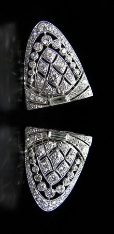 A VERY TYPICAL ART DÉCO DIAMOND DOUBLE-DRESS-CLIP/BROOCH CIRCA 1920, INDIVIDUAL WEARABLE