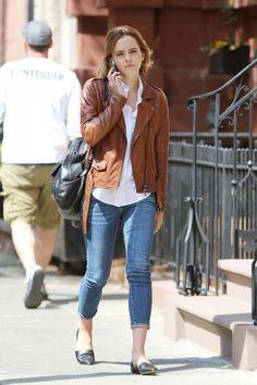 20 Stylish & Chic Outfits By Emma Watson You Need To Copy - Lederjacke Emma Watson Outfits, Emma Watson Style, Emma Watson Beautiful, Emma Watson Casual, Emma Watson Fashion, Urban Outfits, Mannequin, Nice Dresses, Fangirl