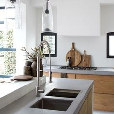 Keuken van betonstuc en hout