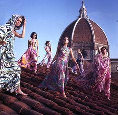 Un jour en Italie - 1967 - Sur le toit du palais Pucci à Florence en Italie et devant la coupole de la cathédrale Santa Maria del Fiore, 6 mannequins portent des robes créés par le couturier Emilio Pucci. Photo : Philippe le Tellier / Paris Match