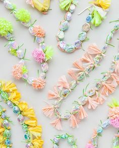 Modern Candy Leis - detailed step by step for how to make these candy necklaces - great for Easters Baskets! Diy And Crafts, Crafts For Kids, Paper Crafts, Graduation Leis, Candy Lays For Graduation, Graduation Treats, Preschool Graduation, Candy Necklaces, Money Lei