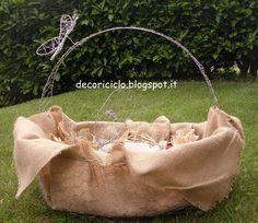 cestino porta-bomboniere, fatto a mano con fil di ferro e rete da conigliera, con farfalla in fil di ferro