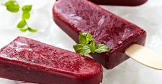 champagne popsicles Popsicles are frozen snack on a stick, made on a base of water, unlike ice cream or sorbet. Because of the cold sensation they can relieve the pain of a sore and achy throat. Ice Pop Recipes, Popsicle Recipes, Dessert Recipes, Baby Recipes, Free Recipes, Wine Popsicles, Healthy Popsicles, Champagne Popsicles, Blueberry Popsicles