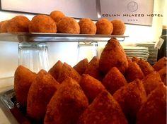L'ARANCINO L'arancino ( o arancina) è una specialità della cucina siciliana. Si tratta di una palla di riso fritta, del diametro di 8-10 cm, farcita con ragù, altre volte con composti di salsa di pomodoro, mozzarella, piselli o altro. Il nome deriva dalla forma e dal colore tipici, che ricordano un'arancia.