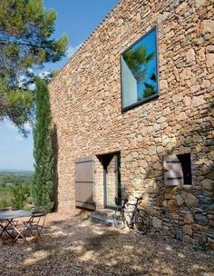 Provence: a new house carved in dry stone - Côté Maison Stone Facade, Stone Masonry, Brick And Stone, Dry Stone, Architecture Details, Interior Architecture, Barn Renovation, Village Houses, Stone Houses