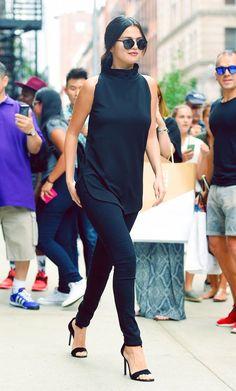 Blusa de gola alta preta, calça preta, sandália de tiras, all black