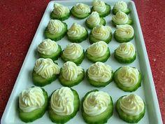 TARTINE CU CASTRAVETI SI SOMON- Inca o idee de aperitiv aspectuos si gustoos, mai ales pentru iubitorii de somon ca mine. Tartine de castraveti, cu crema de branza si somon. Ne trebuie: 1 castravete in folie 150 g branza crema Philadelphia (eu am folosit Almette yougurt) 30 g unt 150 g somon afumat (aprox.) Cum se fac: Castravetele se spala si se Cucumber, Vegetables, Food, Vegetable Recipes, Eten, Veggie Food, Cauliflower, Meals, Veggies