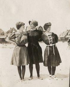 carolathhabsburg:    Three ladies at the beach. Early 1900s