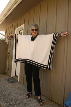 Tablecloth into a poncho - idea Mature Fashion, Fashion Over, Plus Size Fashion, Boho Fashion, Fashion Outfits, Womens Fashion, Sewing Clothes, Diy Clothes, Mode Kimono
