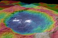 A cratera Occator: cores mostram as diferenças em elevações e também os misteriosos pontos brilhantes.