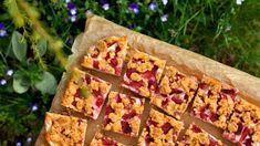 Jahodové řezy na plech. Hrnkový drobenkový koláč s ovocem a tvarohem