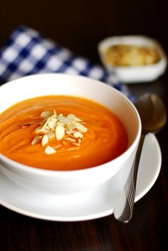 178 healthy soup recipes to warm you up You can find 15 Asian soups, 61 vegetable soups, 30 chicken pork soups, 7 seafood beef soups, 30 healthy soups recipes Best Soup Recipes, Kale Recipes, Healthy Soup Recipes, Vegan Gains, Good Food, Yummy Food, Lunch To Go, Winter Food, Soup And Salad