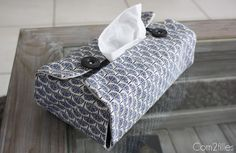 Here is a tissue box cover easy to make with two pretty fabrics and two buttons. A couture designer easy to do! Diy Couture, Couture Sewing, Couture Ideas, Sewing Tutorials, Sewing Projects, Sewing Patterns, Sewing Diy, Tissue Box Covers, Tissue Boxes