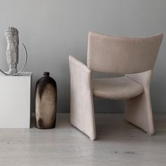The #Crown Easy armchair comprises of pieces that are cleverly constructed, with a playful element to them. Backrests are perched on the armrests, seemingly unsupported but in fact relying on a strong, concealed steel joint. .