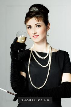 Egyedi és könnyen elkészíthető jelmezötletet keresel? A mi tippünk: Audrey Hepburn ikonikus outfitje az Álom luxuskivitelben című filmklasszikusban. Nem kell hozzá más, mint egy kis fekete ruha, hosszú kesztyű, egy gyöngysor, egy napszemüveg és egy hajcsat. Ha még nincs fekete ruhád, nézz körül a kínálatunkban. Ez a sikkes ruha ugyanis nemcsak a jelmezbálban állja meg a helyét, hanem bármilyen elegáns rendezvényen is bátran viselhető. #farsang #jelmez #farsangijelmez #audreyhepburn