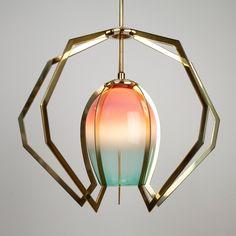 Vise Light: Lámpara de vidrio soplado rodeado de una estructura de bronce que logra un contraste de formas...
