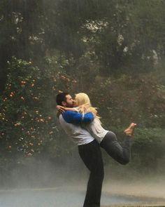 """Christina Aguilera y su prometido Matt Rutler la rompieron en su cuenta de Instagram donde la cantante publicó esta romántica imagen de ambos besándose bajo la lluvia, casi como en la película """"The Noteboook"""". Aguilera, de 35 años, puso emoticones de amor en el texto que acompaña la foto en la que con Rutler, de 30, se besan apasionadamente en un escenario rodeados de naranjos. La misma ya tiene más de 60 mil likes.RELACIONADO: Los famosos más enamorados"""