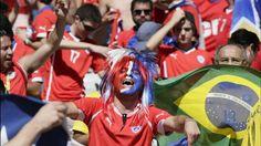 FANS CHILENOS. Los hinchas de la selección chilena en la previa al partido contra Brasil en el Estadio Mineirão, en Belo Horizonte, Brasil. (EFE)