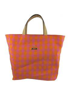 Bolsa em modelagem sacola, de tecido estampado com alças em couro. Crislli verão 2015
