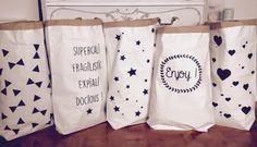 Paperbag XXL aux motifs étoiles, coeurs, triangles, enjoy, supercalifragilisticexpialidocious : Meubles et rangements par suite-creative-babies