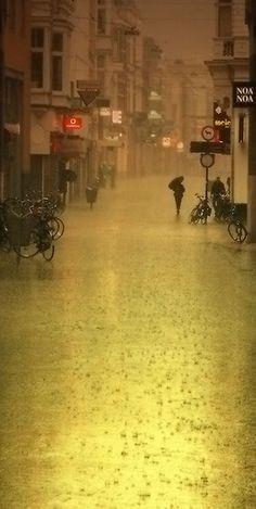 oh! bruit doux de la pluie, par terre et sur les toits, pour un coeur qui s'ennuie, oh le chant de la pluie.... (Pour Rain)