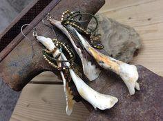 Rustic Primitive Long Shell Earrings. Tribal por rocksnbeads