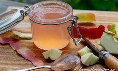 Koka din egen äppelgelé. Passar som vanlig gelé till husmanskost och vilt men också till dessertostar eller rostmackan till frukost.Välj helst en syrlig och mjölig sort av äpplen men vilken sort som helst funkar. En sort som inte är så godatt äta är ju lämpligt att koka till till gelé. Healthy Recepies, Vegan Recipes, Smoothie, Homemade Sweets, Swedish Recipes, Types Of Food, Brunch, Spices, Dinner